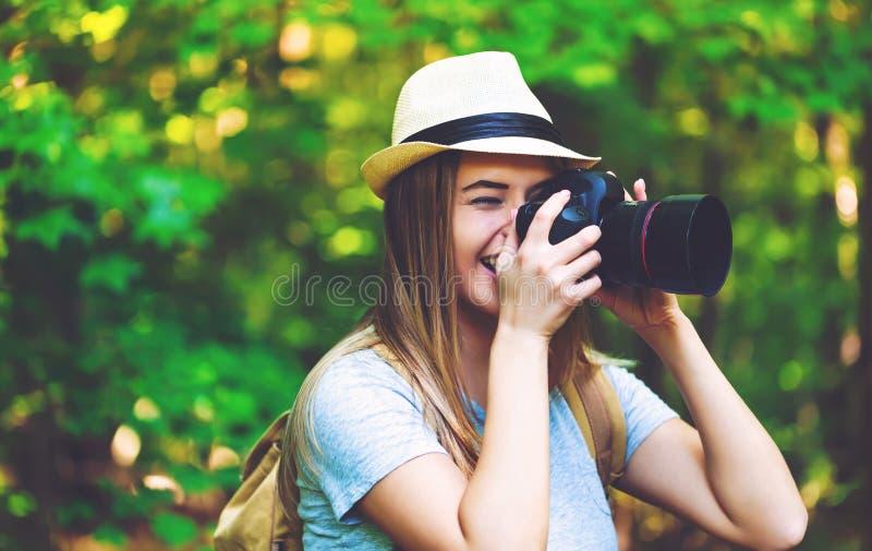 Fotograaf in het bos met een camera royalty-vrije stock afbeelding