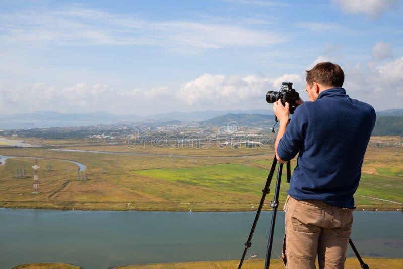 Fotograaf om Nakhodka-stad te schieten royalty-vrije stock afbeelding