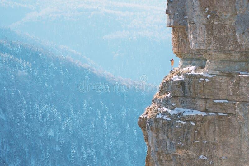 Fotograaf op de rand van rots stock afbeelding