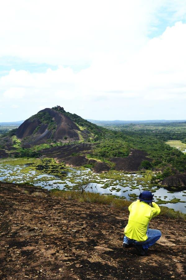 Fotograaf op Olifantssteen, Venezuela Openluchtavonturenreis stock afbeelding