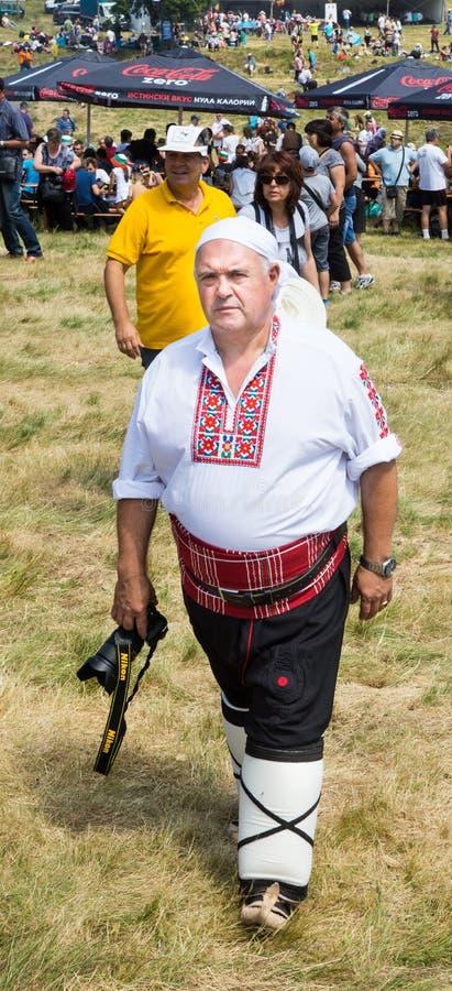 Fotograaf in traditioneel Bulgaars kostuumfestival Rozhen 2015 royalty-vrije stock afbeelding