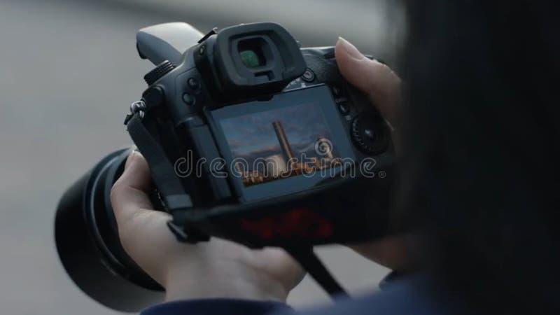 Fotograafmeisje die beelden schieten vrouwenhanden die camera houden die foto's nemen Het meisje bekijkt het camerascherm royalty-vrije stock afbeelding