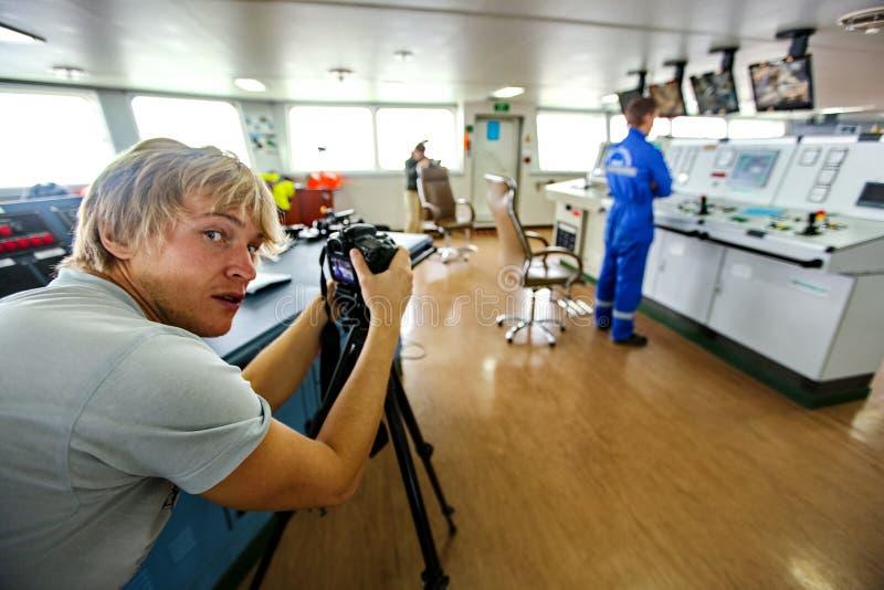 Fotograafverslaggever die het exploitantcontrolebord fotograferen Het dagelijkse leven van de fotograaf royalty-vrije stock foto's