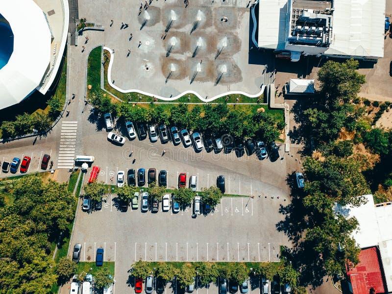 Fotografía aérea de la ciudad moderna que parquea desde arriba imagenes de archivo