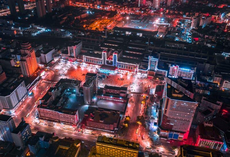 Fotografía aérea de la noche del ferrocarril en distrito central fotos de archivo