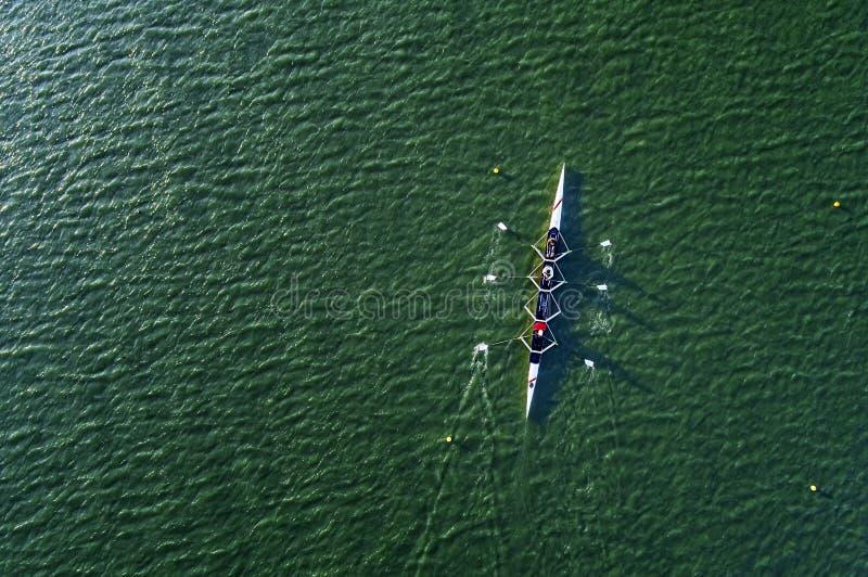 Fotografía aérea - entrenamiento del kajak en el lago foto de archivo