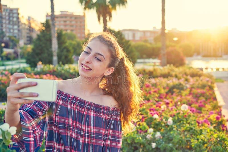 Fotografía adolescente del selfie de la muchacha en un parque de la ciudad imágenes de archivo libres de regalías