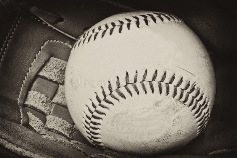 Fotografía antigua del estilo del béisbol y del guante imágenes de archivo libres de regalías