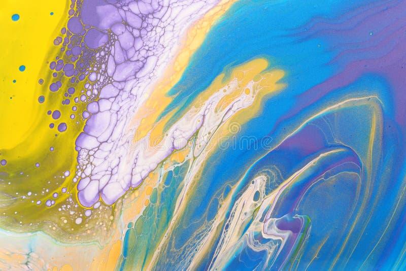 Fotografía artística de fondo de efecto marbleizado abstracto Colores creativos amarillos, dorados, azules, púrpura, rosas y blan imagen de archivo