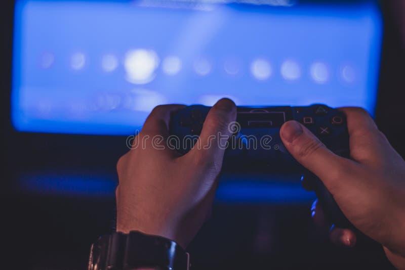 Fotografía atmosférica del geypad en la mano de un hombre fotografía de archivo libre de regalías