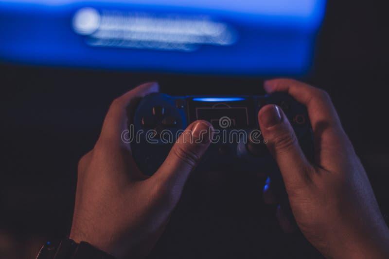 Fotografía atmosférica del geypad en la mano de un hombre imágenes de archivo libres de regalías