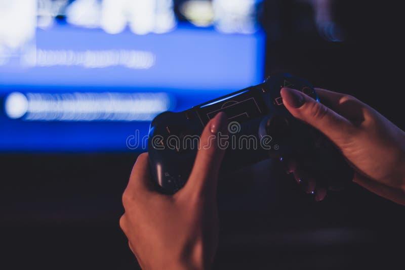 Fotografía atmosférica del geypad en la mano de una muchacha fotos de archivo libres de regalías
