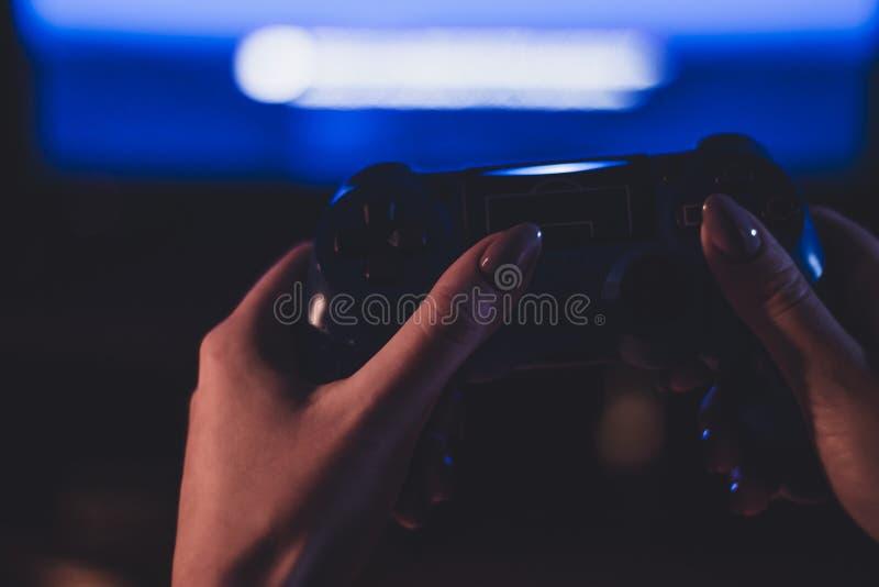 Fotografía atmosférica del geypad en la mano de una muchacha fotos de archivo