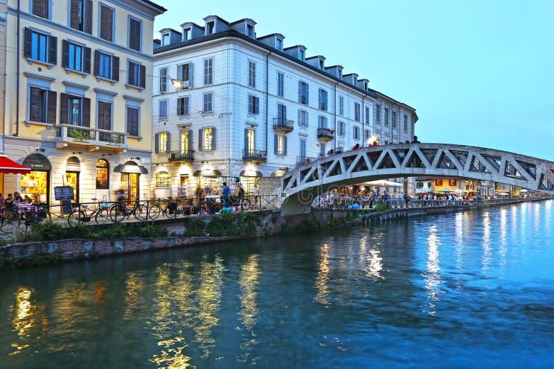 Fotografía azul de la hora - paisaje de la noche del grande canal de Navigli o de Naviglio en la ciudad Italia de Milán imagen de archivo libre de regalías