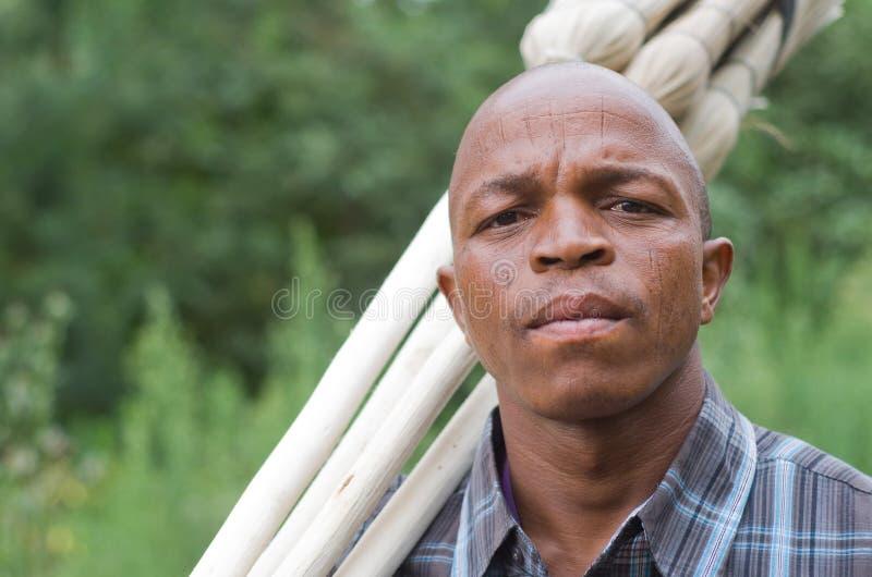 Fotografía común de un vendedor surafricano preocupante de la escoba de la pequeña empresa del empresario imagen de archivo