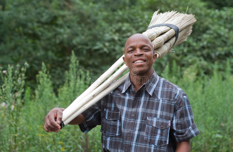 Fotografía común del vendedor surafricano sonriente de la escoba de la pequeña empresa del empresario imagen de archivo libre de regalías