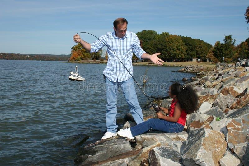 Fotografía común: Pesca interracial de la hija del padre imágenes de archivo libres de regalías