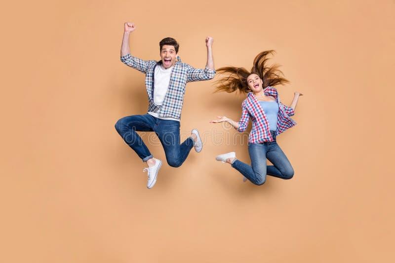 Fotografía completa de dos hombres locas saltando con un estado de ánimo muy alegre celebrando las vacaciones verano empezando a  fotos de archivo