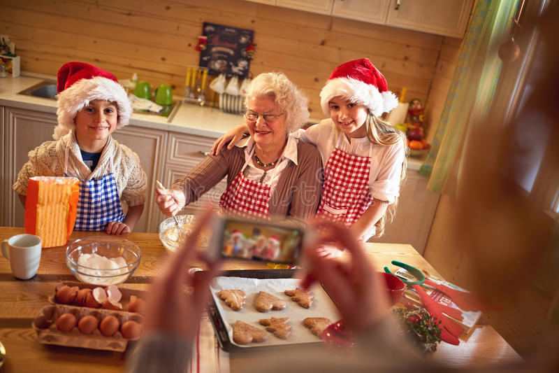 Fotografía con el retrato móvil de la familia en la Navidad foto de archivo libre de regalías