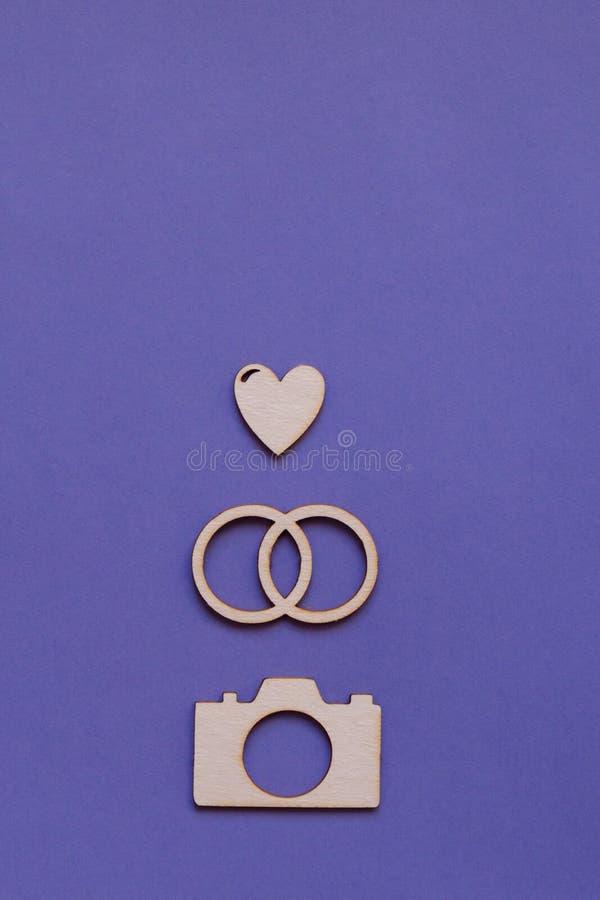 Fotografía con los anillos de bodas, oídos, cámara de la tarjeta fotos de archivo