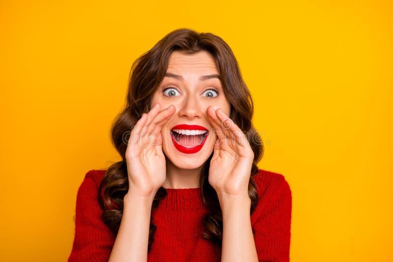 Fotografía de cerca de una alegre y linda novia rizada gritando algo de información que nadie debería conocer con ella imagenes de archivo