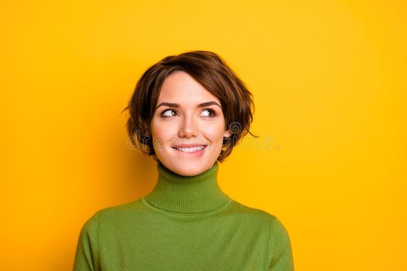 Fotografía de clausura de la linda y graciosa dama encantadora sonriendo buen humor mirando al lado del espacio vacío los labios  imágenes de archivo libres de regalías