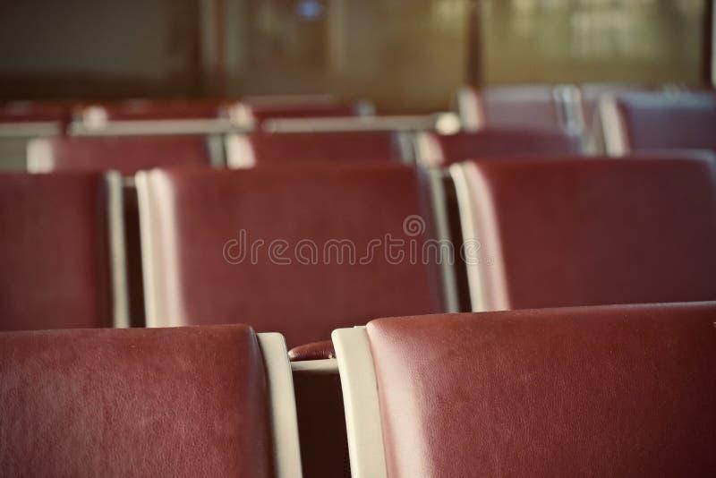 Fotografía de color marrón hecha cuero de la acción de la cubierta de las sillas fotografía de archivo libre de regalías