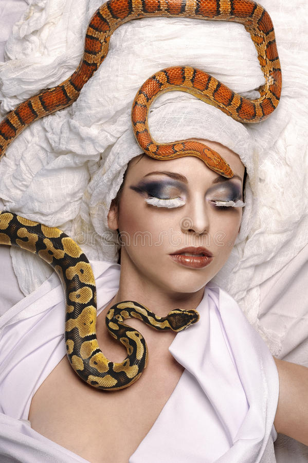 Fotografía de la belleza con las serpientes imagen de archivo libre de regalías