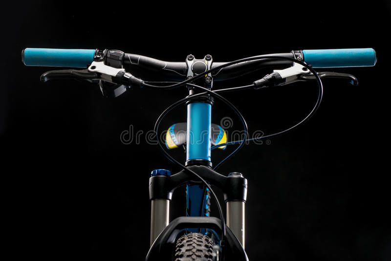 Fotografía de la bicicleta de la montaña en el estudio, amortiguando piezas del marco de la bici, la barra de la manija y frenos imágenes de archivo libres de regalías