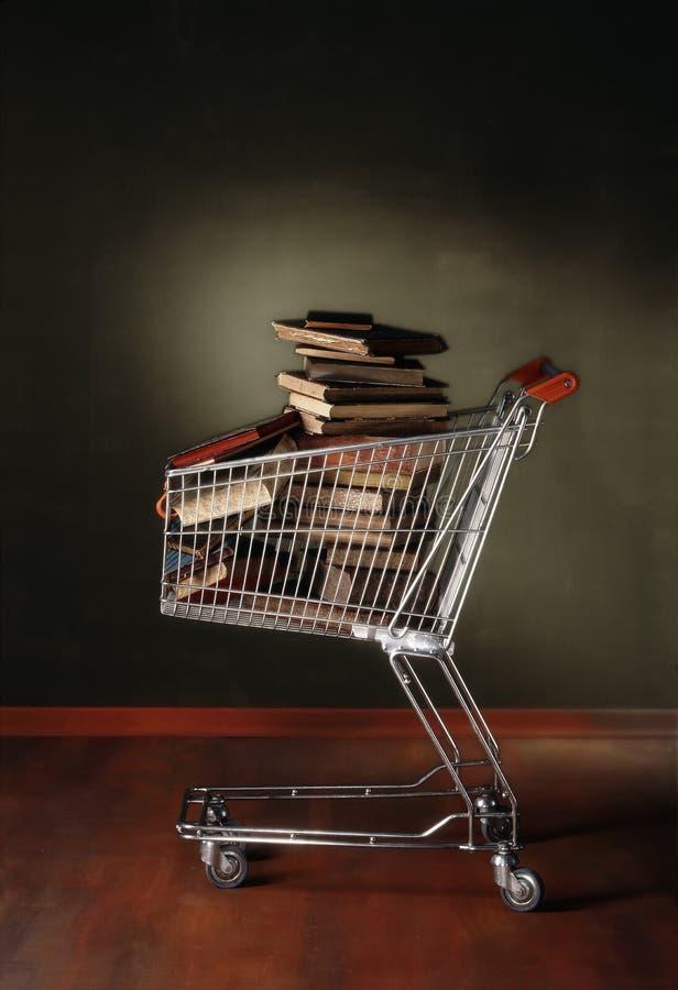 Fotografía de la carretilla de las compras por completo de libros imágenes de archivo libres de regalías