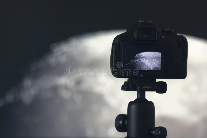 Fotografía de la luna Cámara con el trípode que captura la luna foto de archivo libre de regalías