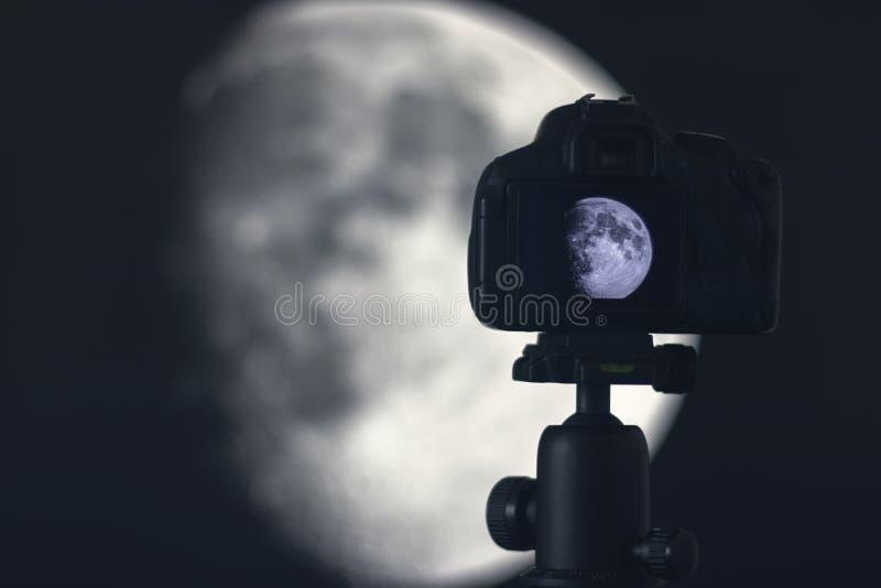 Fotografía de la luna Cámara con el trípode que captura la luna imágenes de archivo libres de regalías