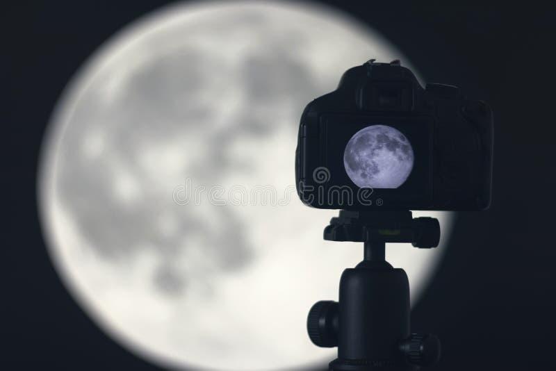 Fotografía de la luna Cámara con el trípode que captura la luna fotos de archivo libres de regalías