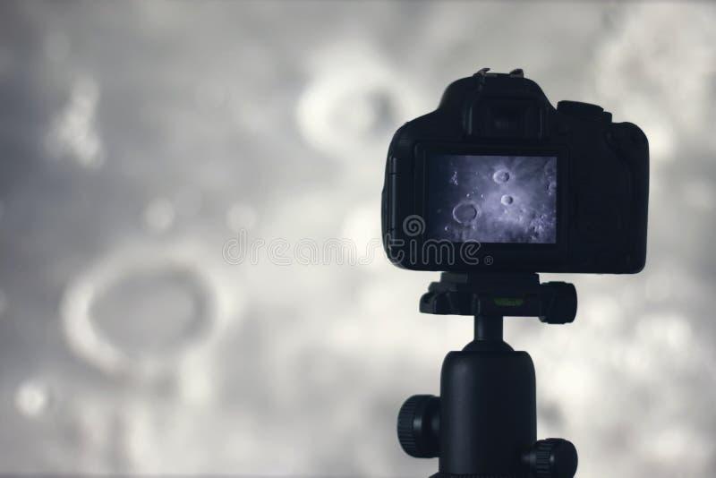 Fotografía de la luna Cámara con el trípode que captura la luna archimedes fotografía de archivo libre de regalías