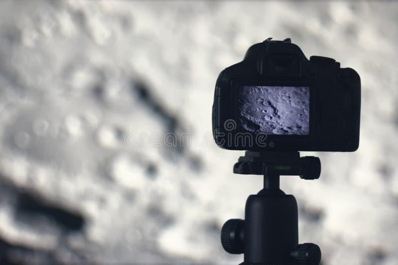 Fotografía de la luna Cámara con el trípode que captura la luna Cráter de luna foto de archivo libre de regalías