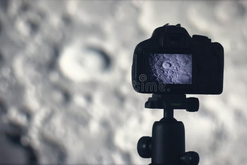 Fotografía de la luna Cámara con el trípode que captura la luna Cráter de luna fotografía de archivo