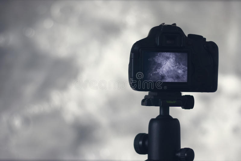Fotografía de la luna Cámara con el trípode que captura la luna Era del cráter fotografía de archivo libre de regalías