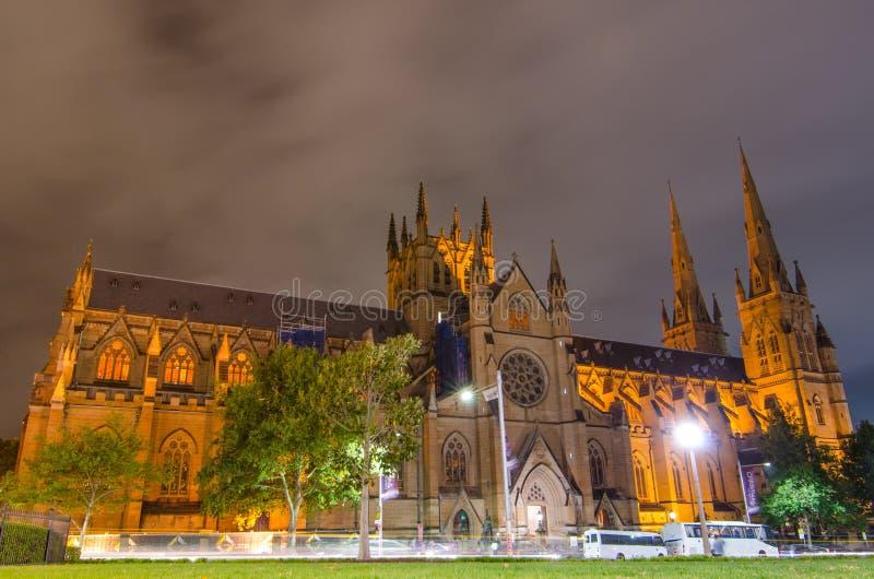 Fotografía de la noche de la catedral católica del Gótico-estilo de la iglesia de la catedral del ` s de St Mary construida de la imagen de archivo