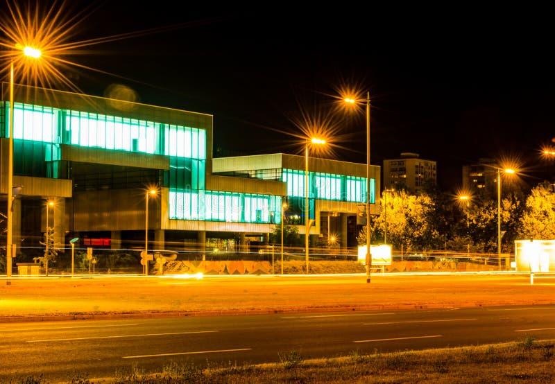 Fotografía de la noche en Zagreb Mirada cercana de la exposición larga en el museo del arte de Contemporari foto de archivo