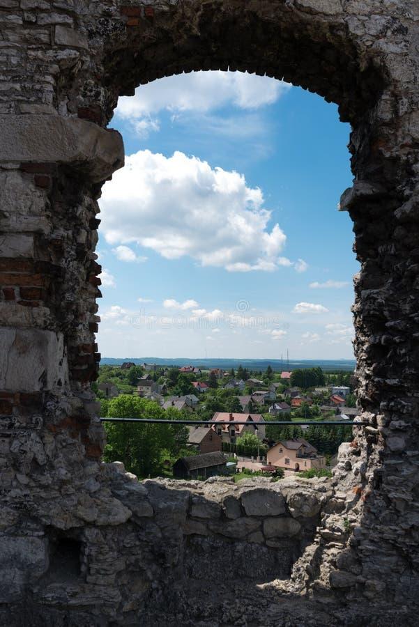 Fotografía de las ruinas de la ventana en el castillo de Ogrodzieniec, Polonia fotografía de archivo