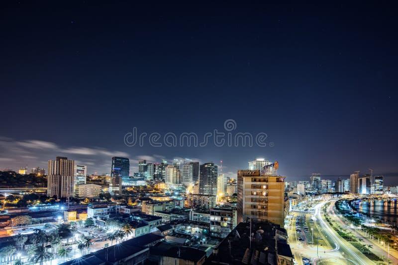 Fotografía de noche en la exposición larga a la bahía de Luanda angola ?frica imagen de archivo libre de regalías