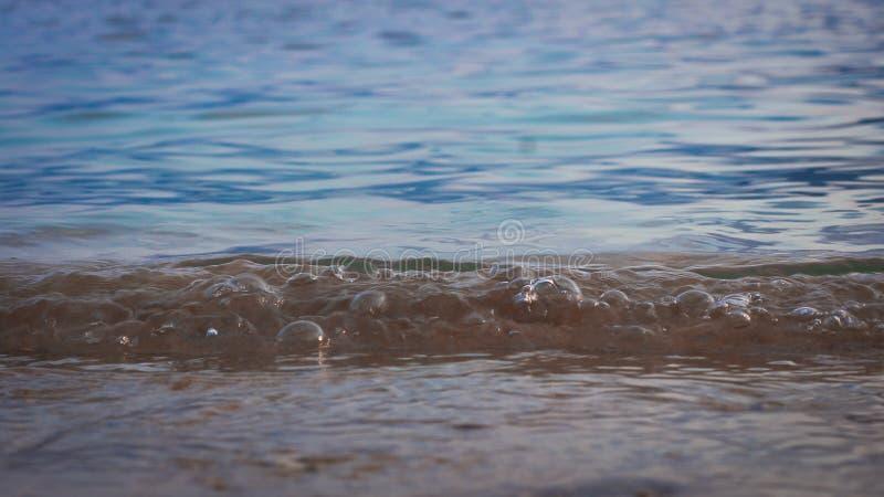 Fotografía de ondas en la costa fotos de archivo