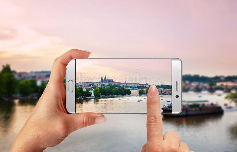 Fotografía de paisaje de la ciudad con el teléfono elegante foto de archivo