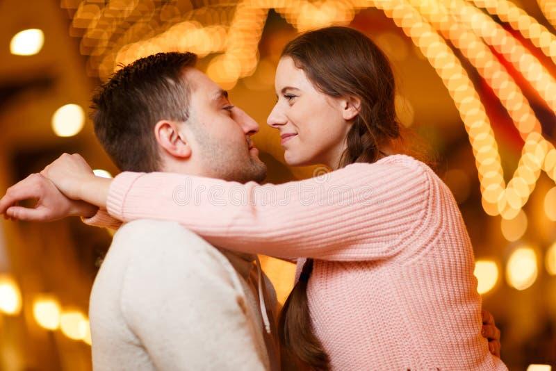 Fotografía de pares que se besan felices imágenes de archivo libres de regalías