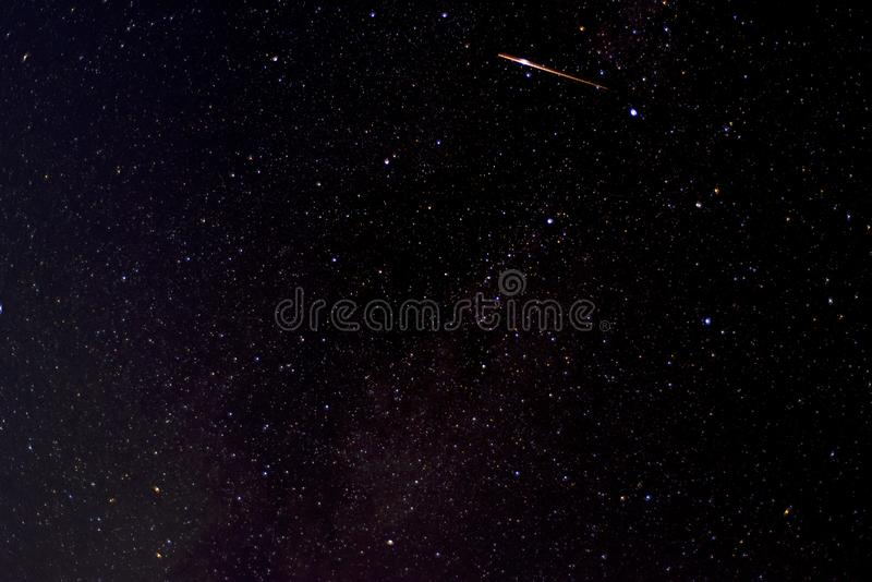 Fotografía de satélite o estrella fugaz mientras pasa por el cielo profundo fotografía de archivo libre de regalías