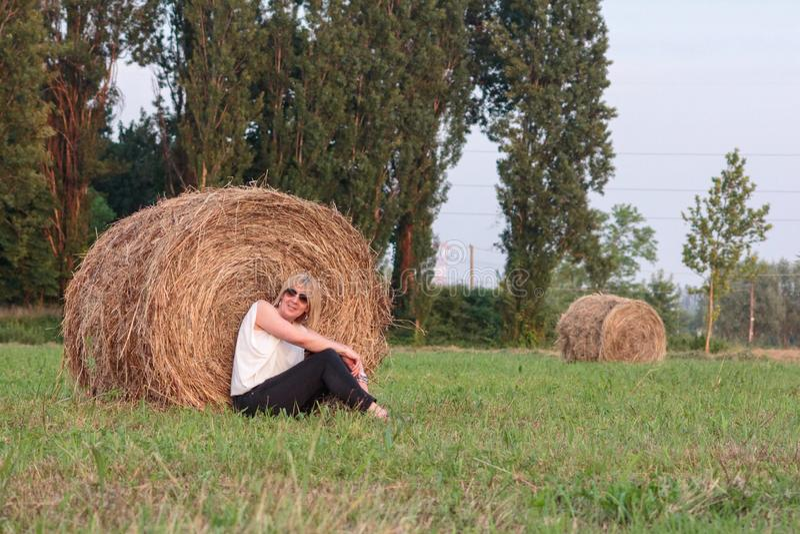 Fotografía de un campo con los rollos del heno que serán comida para los animales del campo fotos de archivo