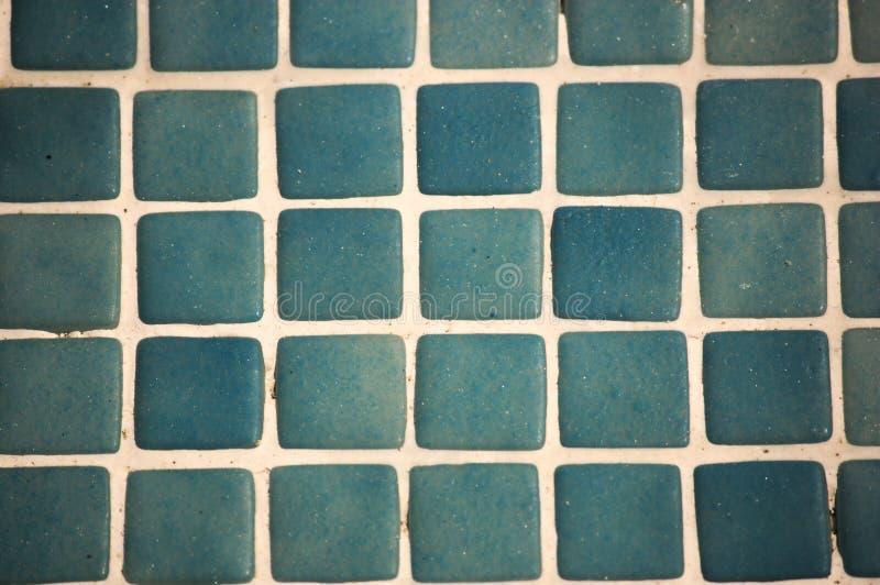 Fotografía de un modelo formado por las tejas azules de la piscina fotos de archivo libres de regalías