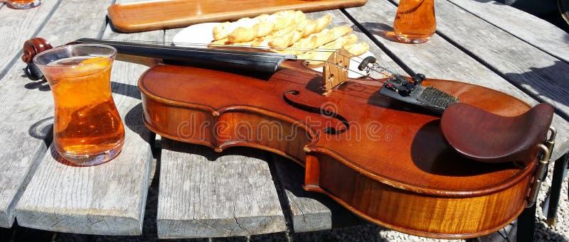 Fotografía de un violín después de un concierto fotos de archivo