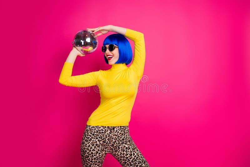 Fotografía de una bella dama de fiesta estudiantil discoteca sostener una bola de discoteca encima de la cabeza vestir moqueta am imagenes de archivo