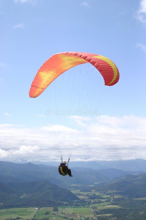Fotografía de una elevación del piloto del ala flexible imagenes de archivo